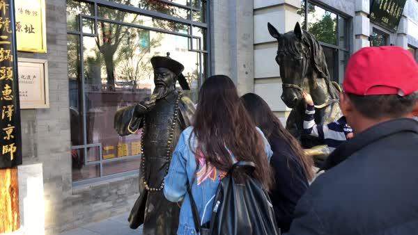 合影太火爆:大柵欄銅像被摸得掉了漆
