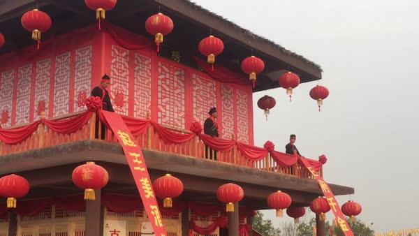 """游客人擠人,圍觀拋繡球""""招親"""""""